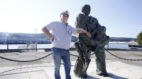 Antonio Maragoto, en la plaza del Monumento ao Náufrago, en Celeiro