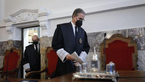 El presidente del Tribunal Superior de Xustiza, seguido del fiscal superior de Galicia, este viernes antes de iniciar el acto de apertura del año judicial.