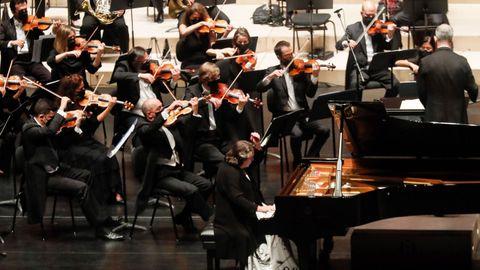 La Orquesta Sinfónica de Galicia, con Dima Slobodeniouk al frente, y la pianista Elisabeth Leonskaja, en un reciente concierto que ofrecieron en la Quincena Musical de San Sebastián.