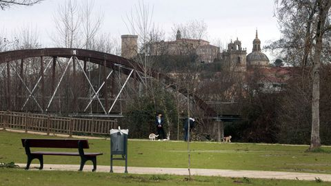La zona de parque de Cobas es ahora la única provista de bancos y papeleras en todo el paseo