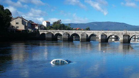 El vehículo quedó sumergido en las inmediaciones del puente romano de Ponte Sampaio