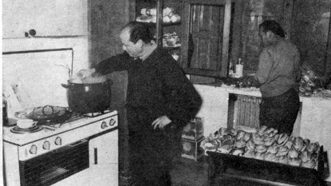 El minero Florín, junto a la cocina, durante el encierro de jubilados en la iglesia de San José de Gijón, en 1971.