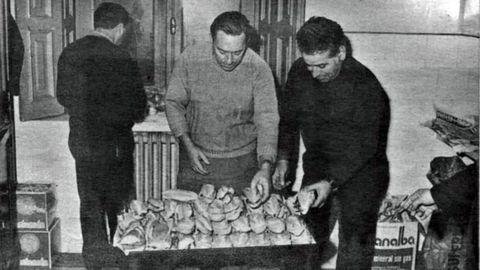 Los jubilados preparan bocadillos durante el encierro reivindicativo en la iglesia de San José de Gijón, en 1971.