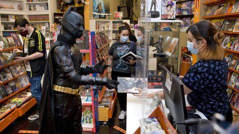 Batman, o quizá un imitador, compró ayer un libro con los bonos Presco en Metrópolis Cómic.