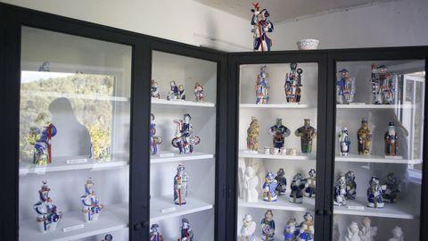 Vitrina con distintas piezas cerámicas.