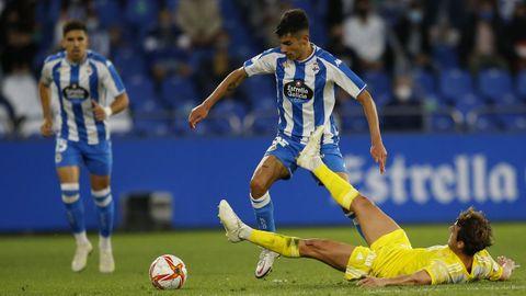 Villares avanza con el balón durante el partido ante el Badajoz