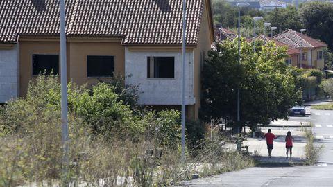 El abandono es evidente en la que se había promocionado como urbanización de lujo a cinco minutos del centro de Ferrol