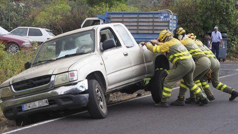 Los bomberos ayuda a un coche a reincorporarse a la carretera