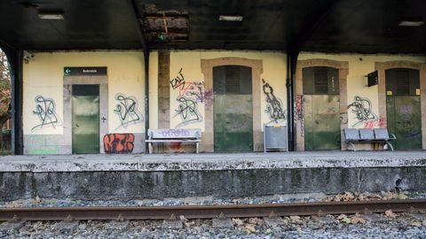 Los usuarios alertan de que el estado del propio edificio de la estación, cerrado desde hace años, es lamentable