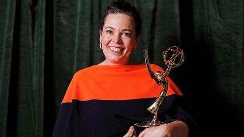 Olivia Colman, con su premio por su papel en «The Crown»