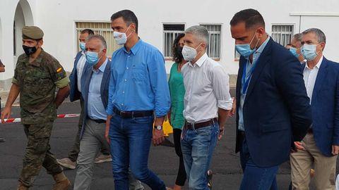 Predro Sánchez y Fernando Grande-Marlaska visitan uno de los centros que acogen a más de 175 evacuados por la erupción del volcán