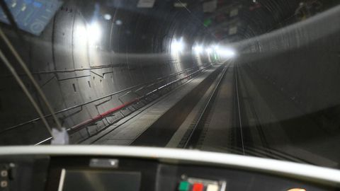 Vista general del túnel por el que el primer tren en pruebas ha completado el recorrido de la variante de Pajares