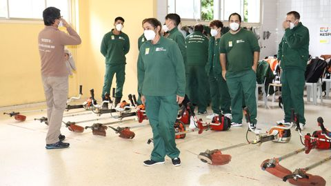 Los alumnos del obradoiro de empleo que se desarrolló en Outes recibieron formación práctica para manejar la maquinaria de silvicultura