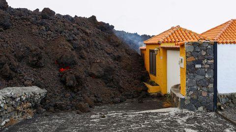 La lava ante las casas en los Llanos de Aridane