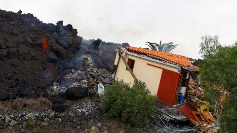 La lava llega hasta una casa en Los Llanos