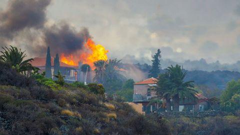 Una casa arde a causa de la lava