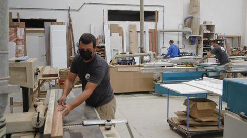 Operarios trabajando en la empresa de carpintería Vigo Garrote, de Narón