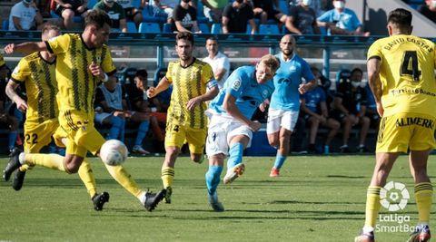 Bogusz, del Ibiza, dispara a puerta ante la presencia de Dani Calvo, Jimmy y Costas