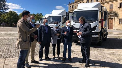El alcalde, segundo por la derecha, en la presentación de los nuevos vehículos