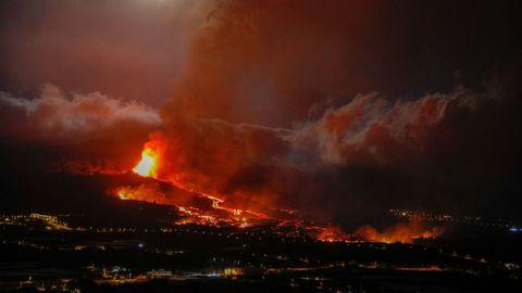 Erupción del volcán de La Palma: una de las bocas expulsa lava