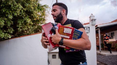 Un vecino de La Palma recoge sus pertenencias antes de ser evacuado