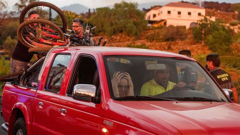 Una familia de La Palma recoge sus pertenencias antes de ser evacuada