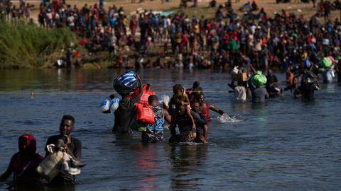 Miles de migrantes, muchos de ellos haitianos, cruzan cruza el río Grande.