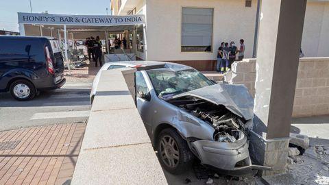Estado en el que quedó el vehículo tras impactar contra una terraza en Torre Pacheco (Murcia)