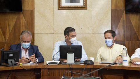 Pedro Sánchez, jefe del Gobierno, Ángel Torres, presidente de Canarias y Mariano Hernández, presidente del Cabildo de La Palma, durante la reunión con el comité de expertos