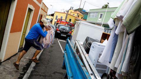 Un vecino de La Palma intenta sacar objetos antes de que llegue la riada de lava a su vivienda.