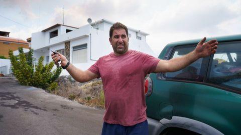 Un vecino se marcha llorando del barrio de Todoque, en La Palma, tras abandonar su vivienda por la lava volcánica.