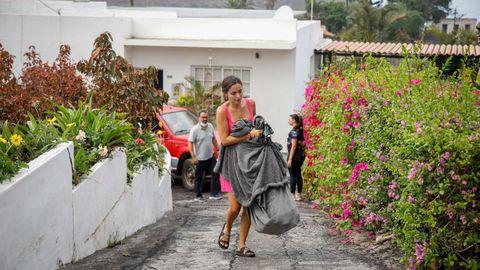 Una mujer de Todoque intenta sacar sus pertenencias antes de que llegue la lava