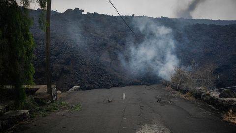 La lava del volcán llega al núcleo urbano de Todoque, en Los Llanos de Aridane, en La Palma.