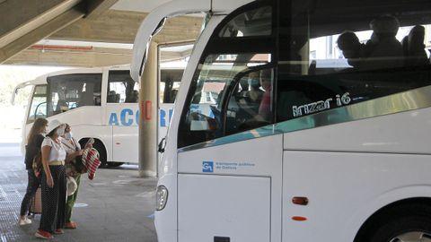 Viajeros accediendo al bus de A Coruña en la estación de Ferrol