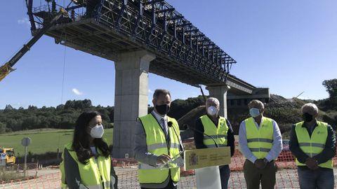 El delegado del Gobierno, subdelegada en Lugo y alcaldes en el inicio del viaducto del Pambre