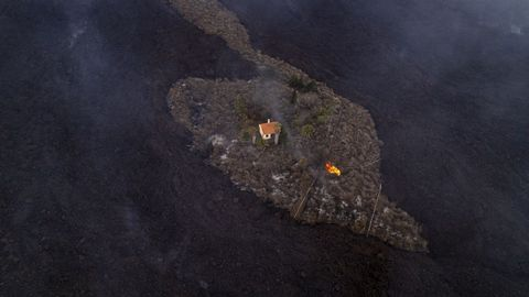 Una casa en mitad de la lava del volcán de La Palma queda a salvo de ser engullida.