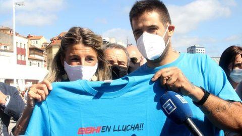 La ministra de Trabajo, Yolanda Díaz, con uno de los trabajadores de EBHI damnificados
