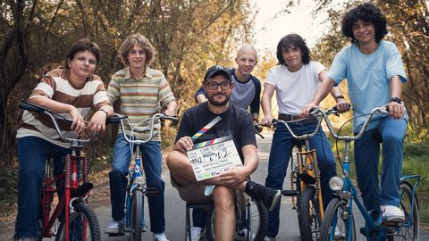 El director Dani de la Torre con el elenco de la película «Live is life»