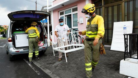 Recogida de enseres de casas desalojadas por la erupción del volcán de La Palma