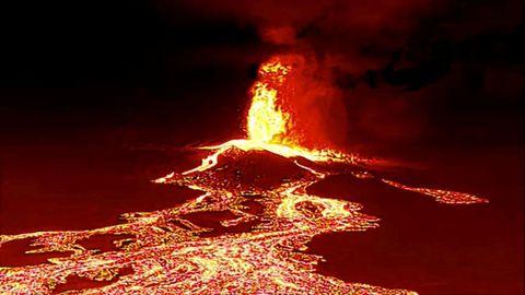Cola de lava captada por un drone nocturno en La Palma