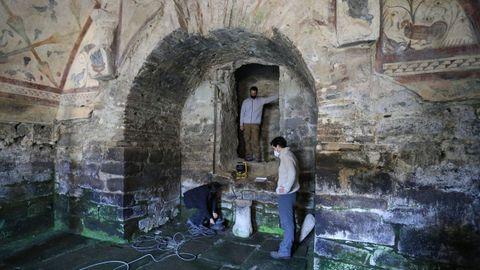 Toma de muestras dentro de Santa Eulalia de Bóveda