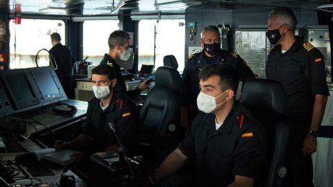 Mando de la OTAN. El comandante de la SNMG-2, el italiano Stefano Russo (fondo al centro), a bordo del Cantabria y junto a su comandante, el capitán de fragata Alberto Torres (derecha)