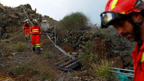 Miembros de la UME en la zona afectada por la erupción del volcán