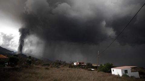 La nube de ceniza y dióxido de azufre que expulsa el volcán de La Palma, vista desde Tacande, en el municipio de El Paso