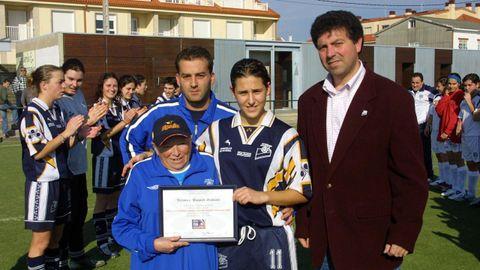 Aguiño (2002-05). Vero Boquete, en un homenaje tras ser campeona europea sub-19. Simón balvís