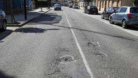 En la carretera de Catabois ya están marcados los baches que se van reparar a través del servicio municipal de mantenimiento de viales