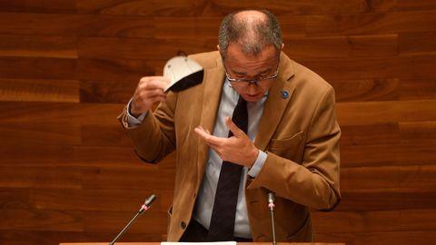El consejero de Sanidad, Pablo Fernández Muñiz, se quita la mascarilla para intervenir en el pleno de la Junta General del Principado