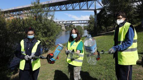 Un grupo de alumnos colaborando en la campaña Libera para limpiar las playas y entornos acuáticos