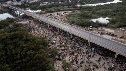 En la última semana unos 13.000 migrantes, en su mayoría haitianos, acamparon bajo el puente internacional en la ciudad texana de Del Río.