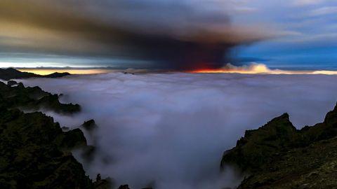 La nube de ceniza y dióxido de azufre que expulsa el volcán de La Palma, en una imagen del Equipo I Love The World que distribuye Europa Press.
